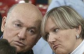 Лужков не разрешает жене возвращаться в Россию